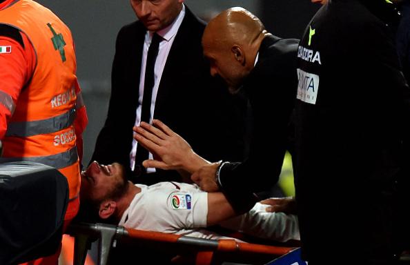 Florenzi esce in barella per infortunio, Spalletti segue il calciatore al momento dell'uscita.