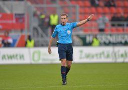 Fussball, Herren, 2. Bundesliga, Saison 2014/15   (13. Spieltag),  FC Ingolstadt 04 - 1. FC Union Berlin 3:3, v. l. Schiedsrichter Tobias Stieler, 09.11. 2014, Foto: Matthias Koch